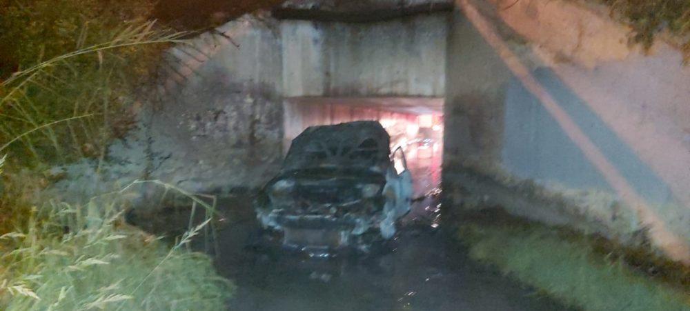 רכב עלה באש ונשרף כליל במנהרה שליד חוף הסטודנטים בחיפה (צילום: כבאות והצלה)