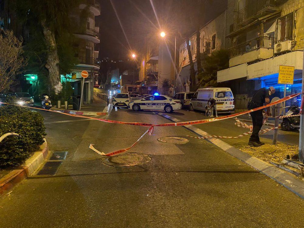 חיסול בחיפה - כיכר אמיל חביבי, ממש מול שווארמה אמיל (צילום: משטרת ישראל)