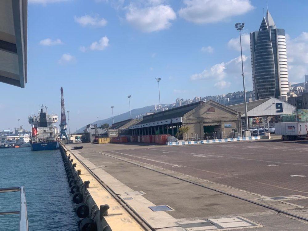 מנותק מהעיר - רציף הנוסעים בנמל חיפה (צילום: גילה זמיר)